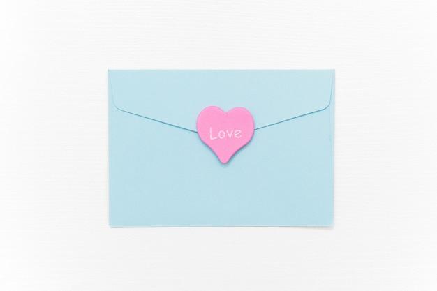 ラブレター。青い封筒と白のテキスト愛とピンクのハート