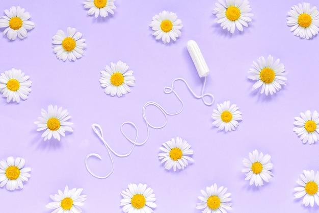 白い糸衛生的な女性タンポンと薄紫色の背景に鎮静から単語クリーン