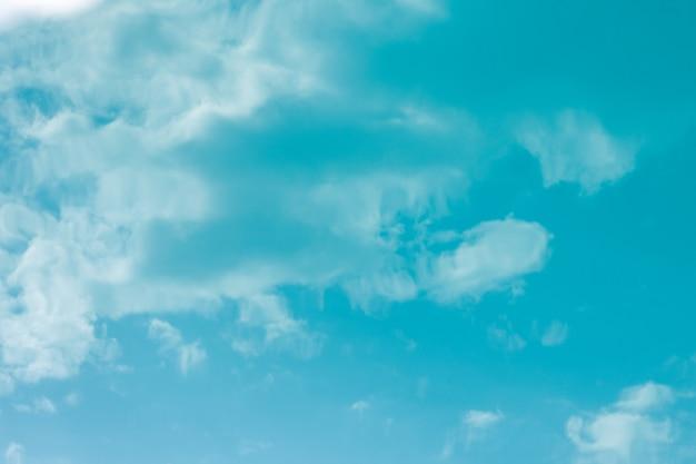表面の青い水の上の空と雲の反射。抽象的な背景やあなたのデザインのためのテクスチャ