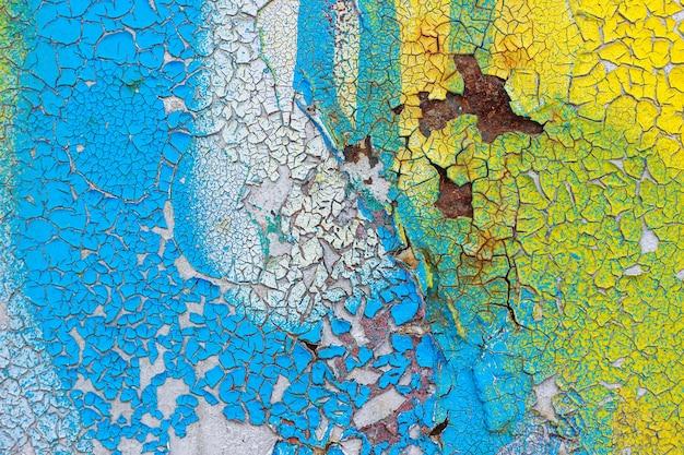 ひびの入った、ペリングカラーペイントで古い壁。抽象的な背景、テクスチャ