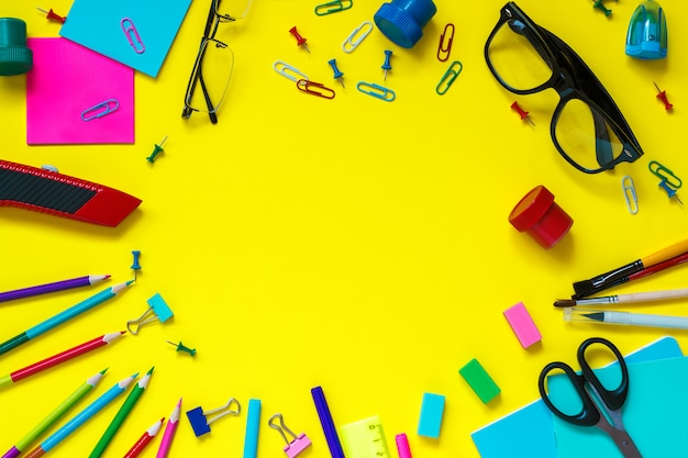 学校の生徒文房具メガネ静物黄色の背景に