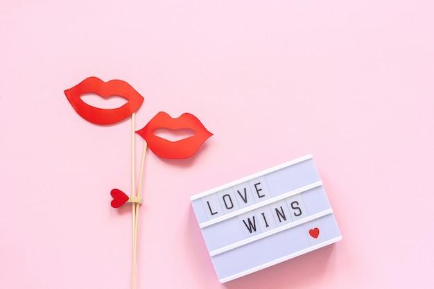 愛は勝ちます、カップルの紙の唇の小道具コンセプトレズビアンの愛同性愛者に対する国民の日