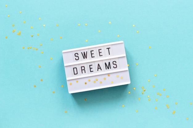ライトボックスのテキスト甘い夢と金の星。コンセプトおやすみグリーティングカードトップビュークリエイティブフラットレイアウト