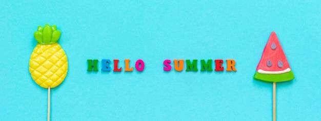 Здравствуй лето красочный текст, ананас и арбуз леденцы на палочке концепция отпуска или праздников баннер