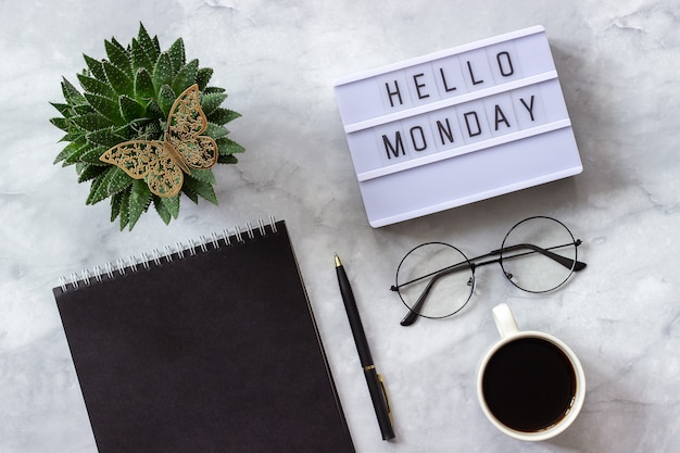 ライトボックスのテキストこんにちは月曜日黒いメモ帳、一杯のコーヒー、多肉植物、グラスコンセプトスタイリッシュな職場