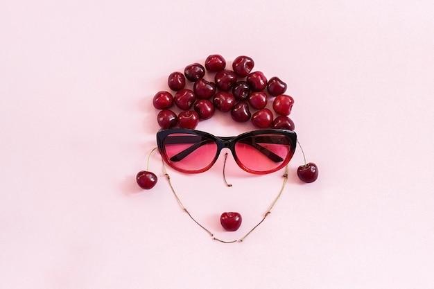 ピンクの背景に唇とサングラスの女性のイメージでレイアウトされた桜