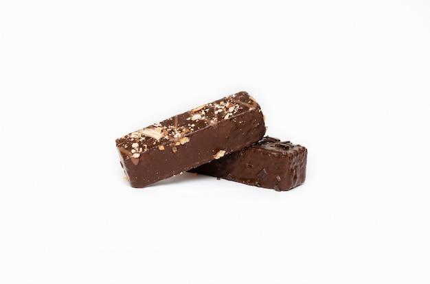 白い背景の上のチョコレート菓子の分離画像
