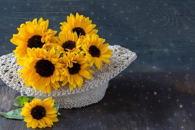麦わら帽子のヒマワリの花束