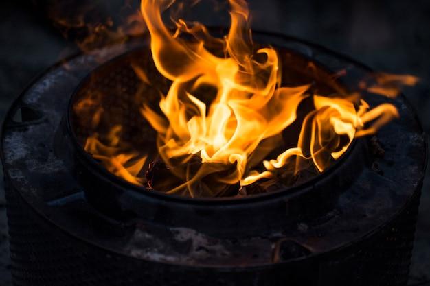 明るい火の炎をクローズアップ