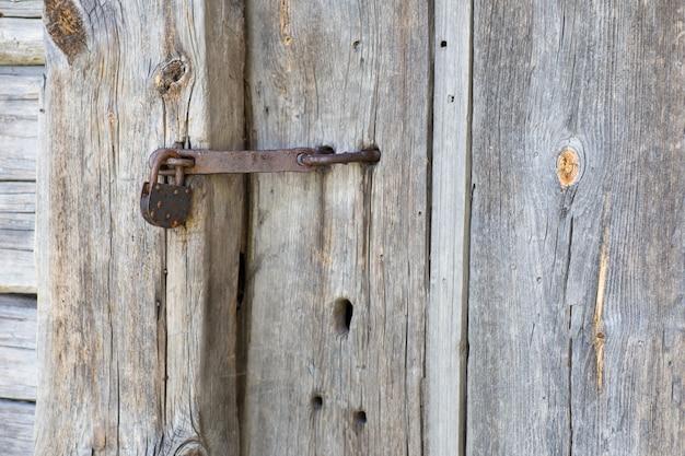 古いロックは古いドアを閉じます(クローズアップ)