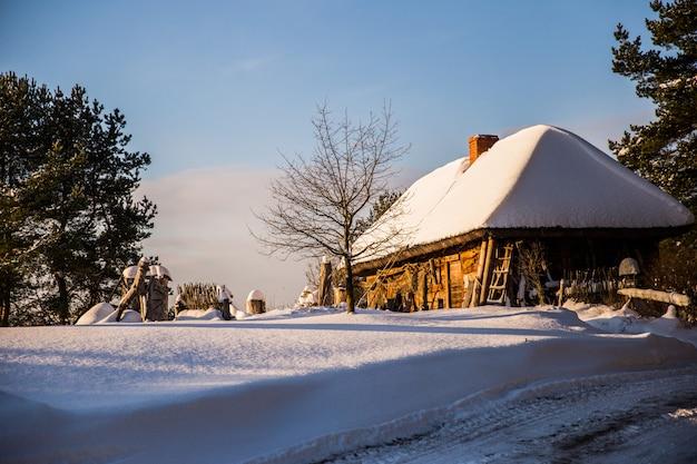 雪の中の村の家