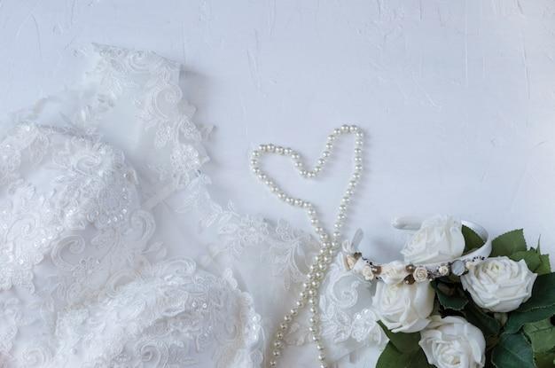 花嫁の結婚式の準備:ドレス、真珠、バラ