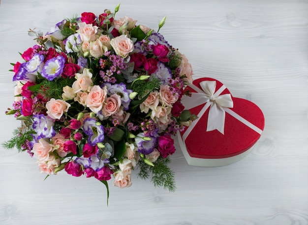 テーブルの上に花とギフトの美しい花束