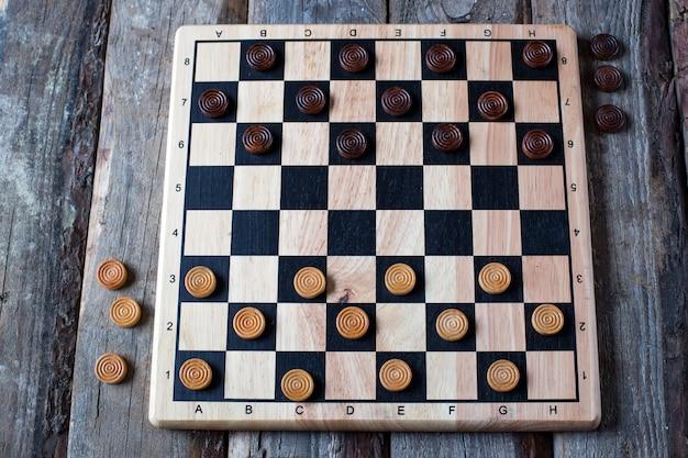 テーブルの上のチェッカーゲーム