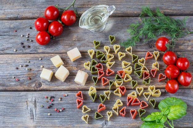 Паста в форме сердца, помидоры, базилик, оливковое масло, укроп, перец, сыр