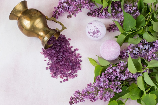ピンクの背景、古い水差しとライラックの枝の入浴剤に石鹸します。