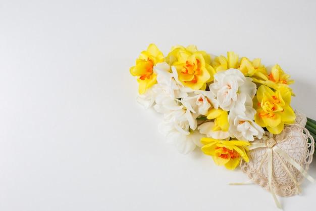 水仙の花束とレースの中心