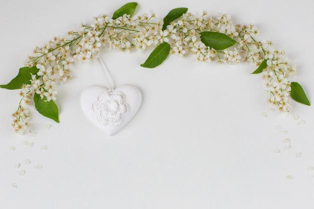 Ветви черешни выложены аркой и сердцем