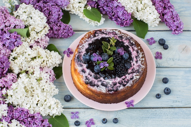 白と紫のライラック、ブルーベリーのチーズケーキ