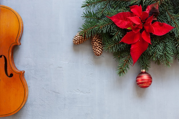 クリスマスの装飾が施された古いバイオリンとモミの木の枝