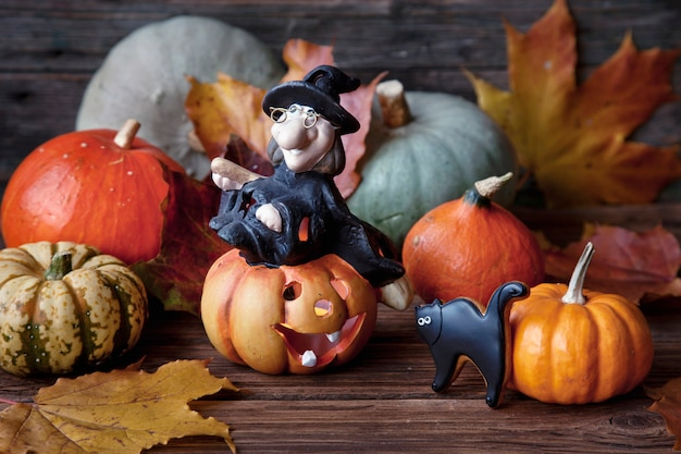 ハロウィーンを祝うカボチャ、魔女、手作りのジンジャーブレッド