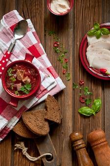 ベーコン、サワークリーム、パセリのみじん切りと伝統的なロシアのビートスープボルシチ