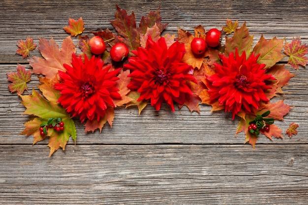 秋の紅葉、赤いダリア、リンゴと秋の花柄