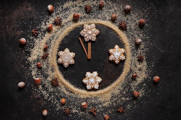 時計の文字盤の形をしたブラウンシュガー、ジンジャーブレッド、クリスマススパイス、クリスマスイブ、新年、