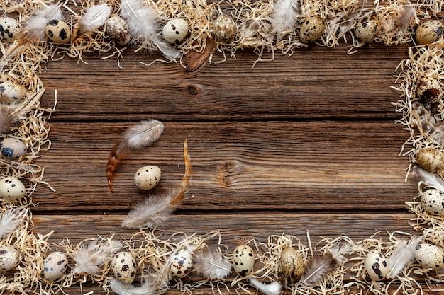 Перепелиные яйца на деревенской деревянной поверхности