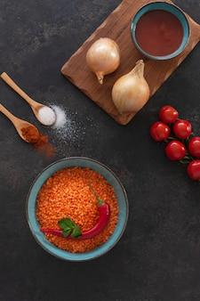 赤レンズ豆、トマト、玉ねぎ、トマトペースト、スパイス、クリームスープ料理の食材