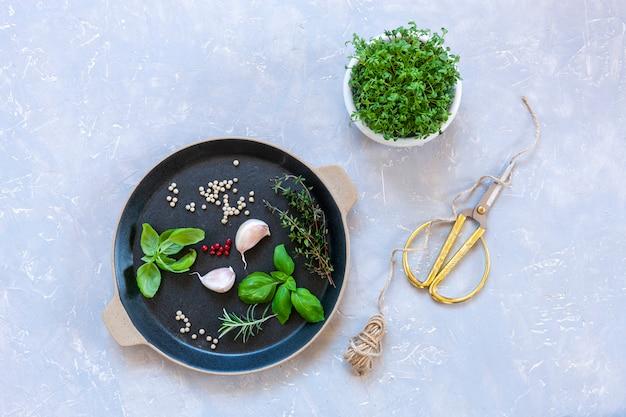 クレソンサラダマイクログリーンとスパイシーなハーブ、調味料、スパイス。
