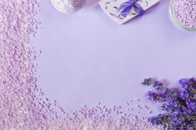 ラベンダーの花、石鹸、芳香のある海の塩とタオル。