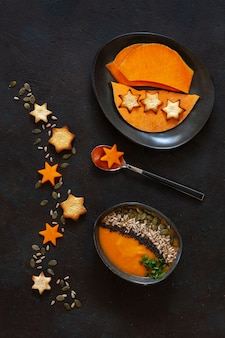 種、クラッカー、カボチャのスライスと伝統的なカボチャの自家製クリームスープ。
