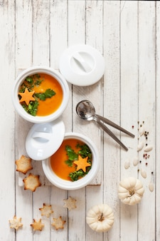 Традиционный тыквенный домашний крем-суп из семян, крекеров и маленьких тыкв.