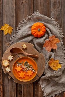 伝統的なカボチャの種、クラッカーと小さなカボチャの自家製クリームスープ。