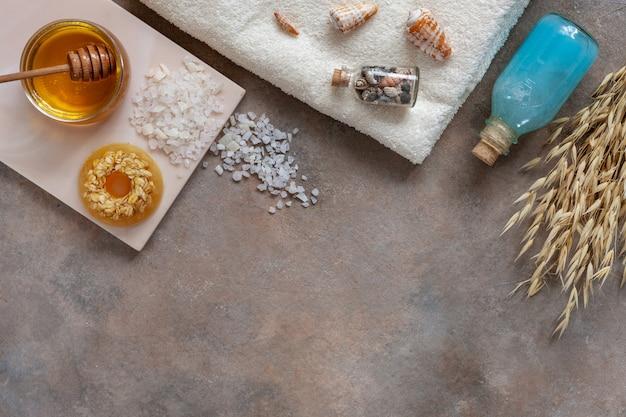 自家製の天然オートミール石鹸、新鮮な蜂蜜、海塩、海のミネラルシャンプーとタオル。