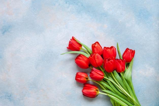赤いチューリップの花束