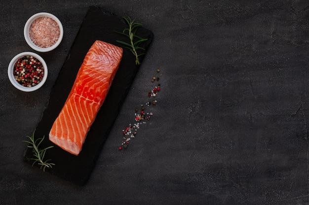 海の塩と新鮮な生のサケの魚の切り身のクローズアップ写真
