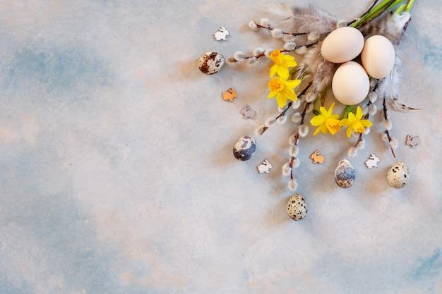 Пасхальное украшение - верба, нарцисс, фигурки банни и натуральные яйца.