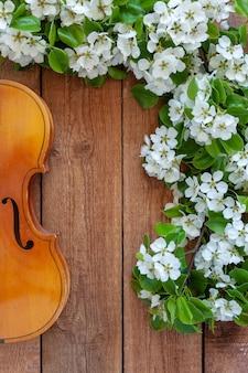 古いバイオリンと開花のリンゴの木の枝。