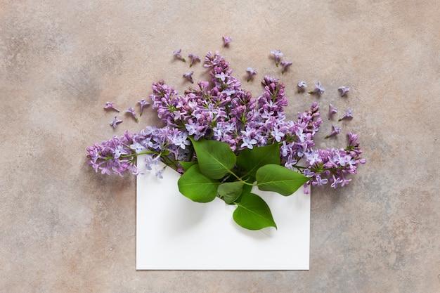 紙の封筒に新鮮な香りのよいライラックの花束