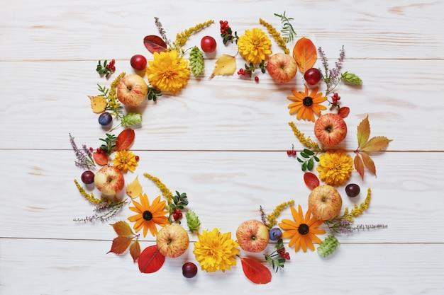 Яблоки, сливы, красные ягоды и красивые цветы