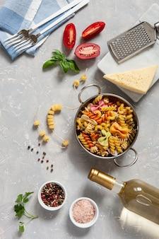 伝統的なパスタ料理の材料 - チーズ、トマト、調味料。