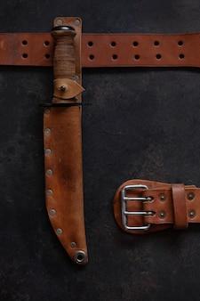 戦闘兵士ステンレス製の格闘用ナイフ、革製ハンドル、鞘、木製ビンテージフレームの革製ベルト付き。