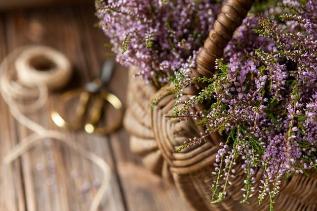 かごに咲く森ヘザーの美しい新鮮な花束