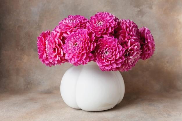 白い花瓶にピンクのダリアの美しい新鮮な花束。