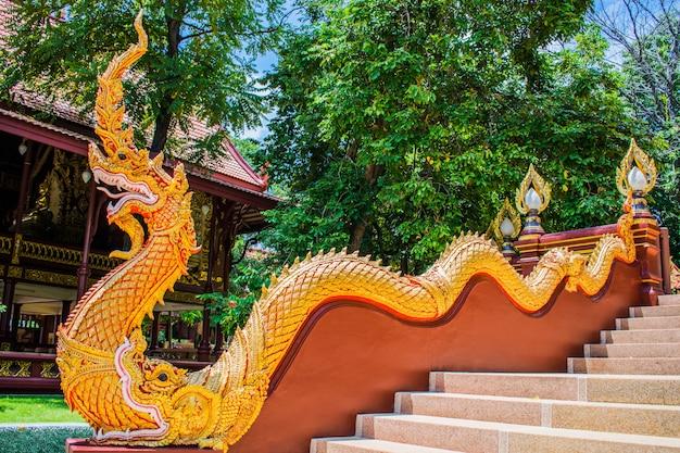 ナガス王(蛇)の階段とワットラチャキリヒルニャラム、ピサヌローク、タイのプラシバリ。ドラゴンは蛇の芸術を吐き出しました。