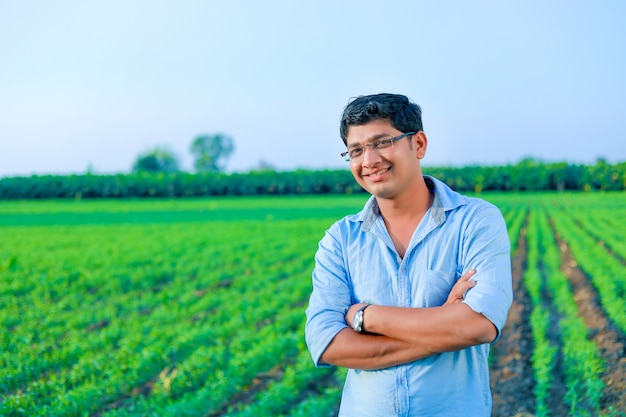 麦畑で若いインド人農家