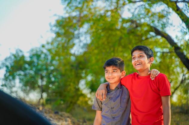 Два маленьких индийских брата обнимаются друг с другом