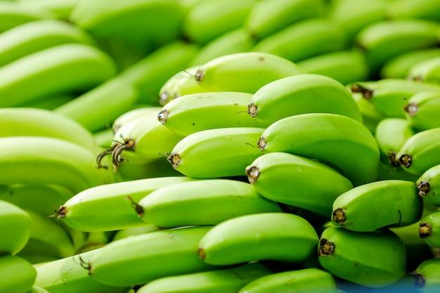 グリーンバナナの束
